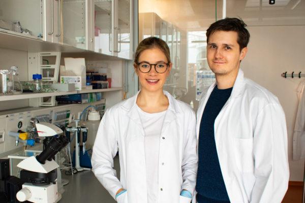 Zwei Wissenschaftler im Labor mit Laborkitteln