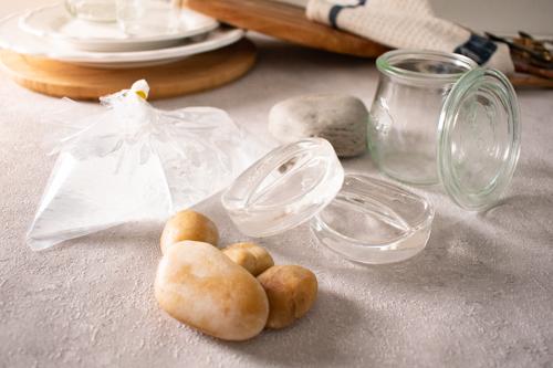 Verschiedene Fermentiergewichte zum Beschweren von Fermenten, z.B. Steine und Glasgewichte